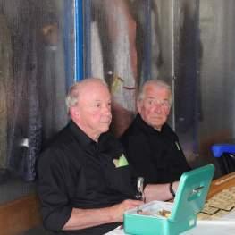 Helmut Bäumer und Horst Pieck an der Biermarken-Kasse